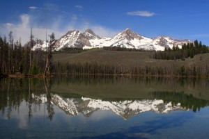 Mountains_in_the_Sawtooth_Range_reflected_on_Little_Redfish_Lake_near_Stanley,_Idaho