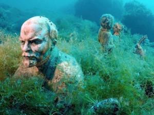 """Museo submarino de Cape Tarhankut – Rusia Con diferentes figuras de bustos y estatuas dañadas que habían sido retiradas con la caída de Unión Soviética. sumergidas en el lugar al que se le da nombre de """"Callejón de los Líderes""""."""