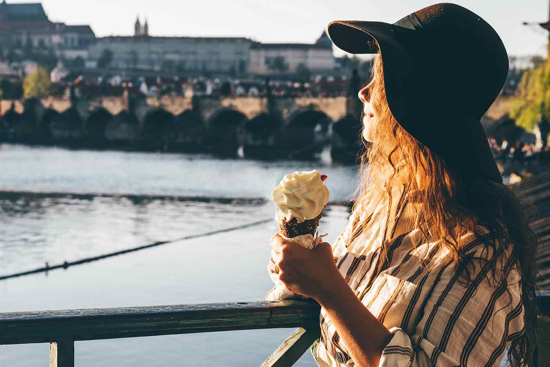 Turista disfrutando su viaje en verano
